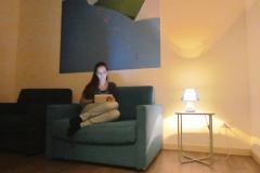 Francesca comoda in poltrona mentre legge un libro